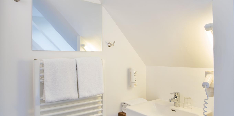 Schönes Bad im Dreibettzimmer